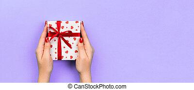 心, 弾力性, バレンタイン, 装飾, ペーパー, デザイン, スペース, 紫色の上, ハンドメイド, 他, 包まれた, あなた, 休日, 赤い箱, 女, 手, コピー, 旗, プレゼント, ribbon., 贈り物, ∥あるいは∥, テーブル, 光景