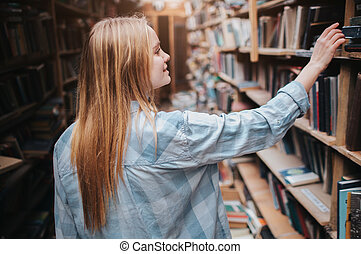 。, 必要性, 権利, 選択, exam., 若い, 本, 彼女, 学生, bookshelf., 終わり, ブロンド, ファインド, 準備