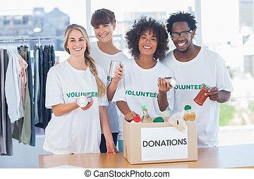 志愿者, 取出, 食物, 從, a, 捐贈箱子