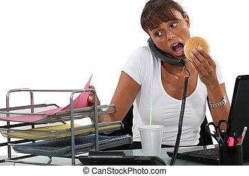 忙, 婦女吃, 她, 書桌