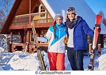 快乐, 夫妇, 花费, 冬季, 假日, 在, 山, 村舍