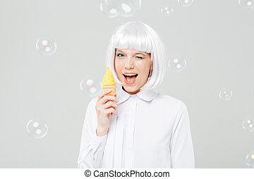 快樂, 頑皮, 年輕婦女, 眨眼, 以及, 藏品, 假貨, 冰淇淋