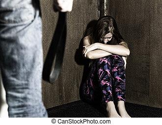 怖がらせられた, 女性の モデル, 中に, ∥, コーナー, ∥で∥, a, 身元を隱した, 人, 保有物, a, ベルト, a, 概念, シュート, 描写, ∥, プロセス, そして, 効果, の, 家庭内暴力