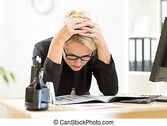 思いやりがある, 女性, 労働者, ∥見る∥, ビジネス, ペーパー, 中に, オフィス