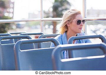 思いやりがある, 若い女性, 上に, 開いているトップ, バス