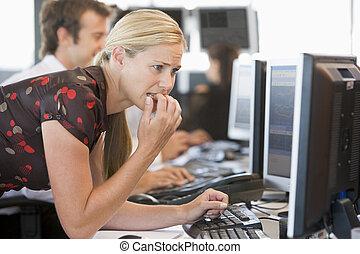 急切, 婦女看, 在 電腦, 監控
