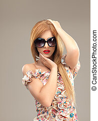 性感, 白膚金髮, 帶有太陽鏡的婦女, 矯柔造作