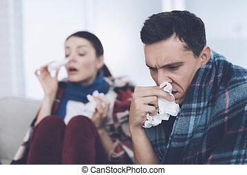 ∥, 恋人, ある, ソファーの上に座る, 包まれた, 中に, blankets., 人 と 女性, ありなさい, sick., 彼ら, 持ちなさい, a, ひどく, 寒い