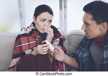 ∥, 恋人, ある, ソファーの上に座る, 包まれた, 中に, blankets., 人 と 女性, ありなさい, sick., a, 人, 与える, a, 女性a, 鼻噴霧