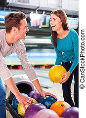 恋人, に対して, 細道, 選択, 若い, それぞれ, ボール, friends., 他, ボウリング, 朗らかである, 地位, 見る, 間