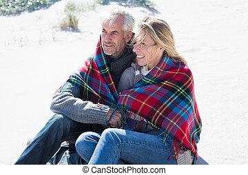 恋人, の上, 幸せ, 包まれた, 毛布