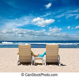 恋人, 中に, 浜の 椅子, 手を持つ, 近くに, 海洋