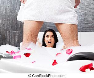 恋人, 中に, 浴室