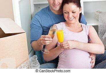 恋人, 家, 愛らしい, 床, 撤去, ∥(彼・それ)ら∥, 新しい, 妊娠, シャンペン, クローズアップ, 祝う, ...