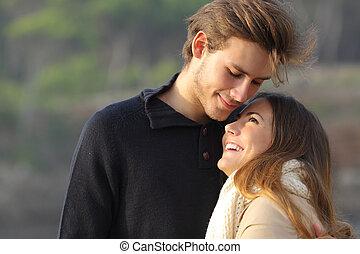 恋人, 幸せ, 愛, 抱き合う, 屋外で