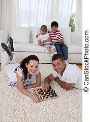 恋人, 床, リビングルーム, チェス, 遊び