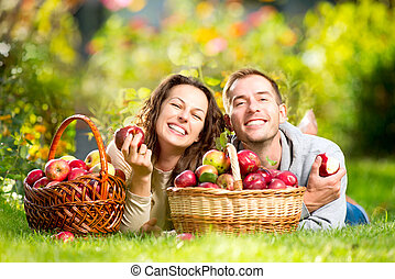 恋人, 弛緩, 芝生に, そして, 食べること, りんご, 中に, 秋, 庭