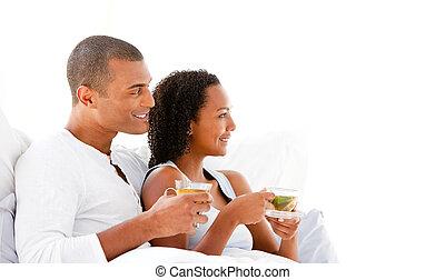 恋人, ∥(彼・それ)ら∥, カップ, あること, 朗らかである, ベッド, 飲む茶