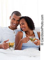 恋人, ∥(彼・それ)ら∥, カップ, 情愛が深い, ベッド, 飲む茶