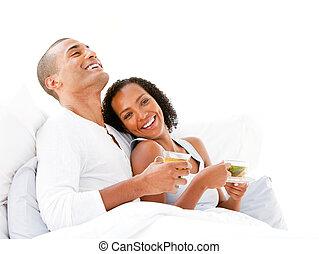恋人, ∥(彼・それ)ら∥, ベッド, うれしい, ティーカップ, 飲むこと, あること