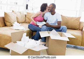 恋人, 新しい, 箱, 接吻, 家, 微笑, 荷を解くこと
