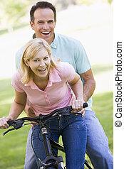 恋人, 自転車, 屋外で, 微笑, 1(人・つ)