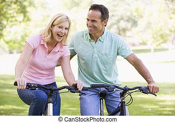 恋人, 自転車, 微笑, 屋外で