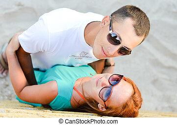恋人, 若い, 包含, 浜, 砂, 幸せ