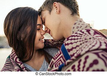 恋人, 間, 一緒に, 若い, 外, 包まれた, 接吻, 毛布