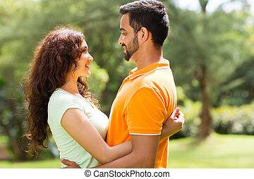 恋人, indian, ロマンチック, 抱き合う, 屋外で