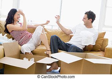 恋人, playfully, 箱, 新しい 家, 微笑, 荷を解くこと