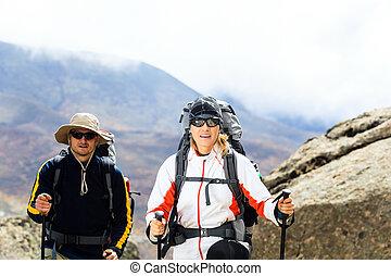 恋人, trekkers, ハイキング, 中に, 山