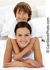息子, 彼の, 抱き合う, ベッド, 母