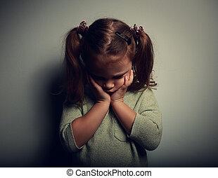 悲しい, 叫ぶこと, 単独で, 子供, 女の子, 上に, 暗い背景
