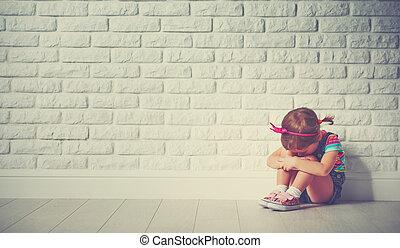 悲しい, 女の子, 子供, について, わずかしか, 叫ぶこと, 壁, れんが