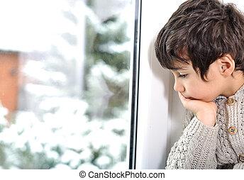 悲しい, 子供, 上に, 窓, ∥そうすることができない∥, 外に出なさい, because, の, 寒い, そして, 雪