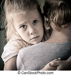 悲しい, 彼の, 娘, 抱き合う, 母