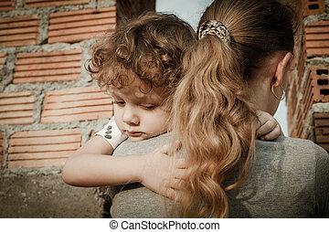 悲しい, 息子, 抱き合う, 彼の, 母