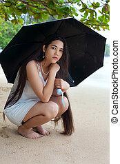 悲しい, 10代少女, 上に, 保有物の傘, 上に, 雨, ハワイ, 浜