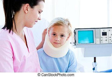 悲哀, 小女孩, 由于, a, 頸拉條, 坐, 由于, 她, 護士