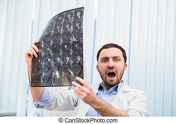 惊嚇, 擔心, 醫生, 回顧, x光, 掃描, 看照像機, 在室內, 在, 辦公室
