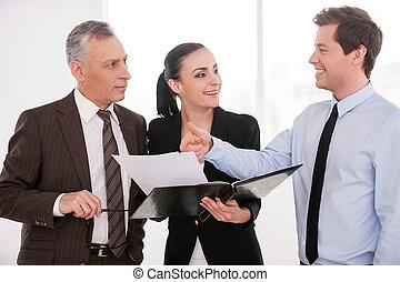 想, 好, 商务人士, deal., it, 充满信心, 当时, 妇女, 三, 握住, 讨论, 文件, 某样东西