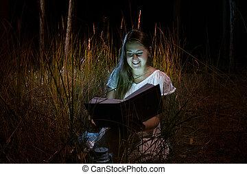 愉快的婦女, 藏品, 發光, 書, 夜間, 森林