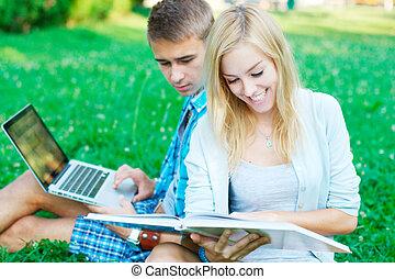 愉快, 女孩讀物, a, 書, 由于, a, 學生, 上, the, 背景, 在, the, 公園