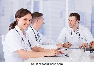 愉快, 女性 醫生, 在, 董事會會議