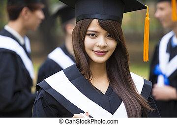 愉快, 學生, 在, 畢業長袍, 上, 大學園區
