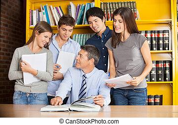 愉快, 學院, 老師, 指向, 書, 當時, 討論, 由于, 學生, 在, 圖書館