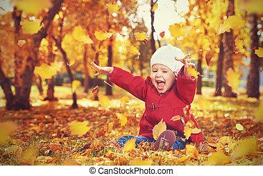 愉快, 小孩子, 女嬰, 笑, 以及, 玩, 在, 秋天