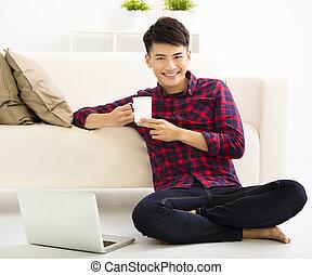 愉快, 年輕人, 放松, 在沙發上, 由于, 膝上型