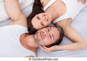 愉快, 年輕夫婦, 躺在后面上